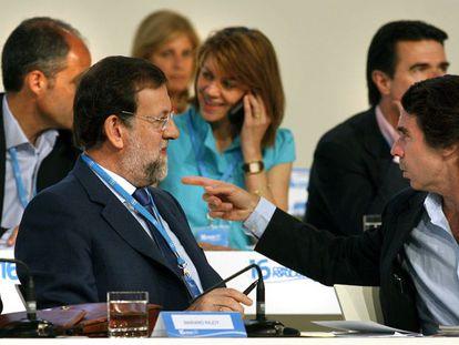 José María Aznar se dirige a Mariano Rajoy en un congreso del PP, ante Ángel Acebes, Francisco Camps, María Dolores de Cospedal y José Manuel Soria, en una imagen de archivo.