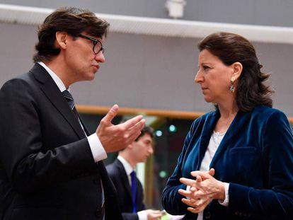 El ministro de Sanidad español, Salvador Illa, conversa con su homóloga francesa, Agnes Buzyn.