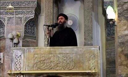 Una imagen del líder del ISIS, Abu Bakr al-Baghdadi en la primera aparición en público en una mezquita de Mosul en 2014.