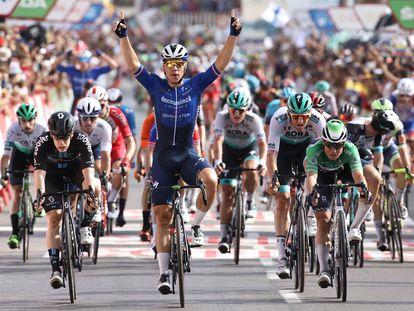 El neerlandés Fabio Jakobsen celebra al ganar la octava etapa de La Vuelta hoy, entre Santa Pola a la Manga del Mar Menor.
