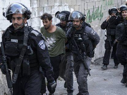 Soldados israelíes detienen a un palestino, a principios de julio en Issawiya.