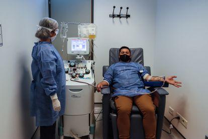 Un hombre dona sangre en el Hospital El Cruce, en Buenos Aires.