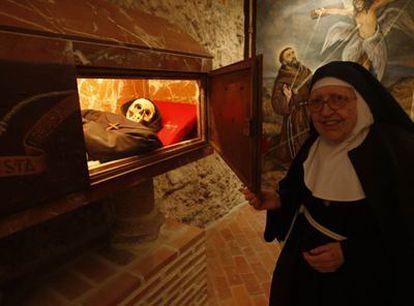 La madre abadesa del monasterio de Santa Juana ante el arca en la que se conservan los restos de Fray Pedro.
