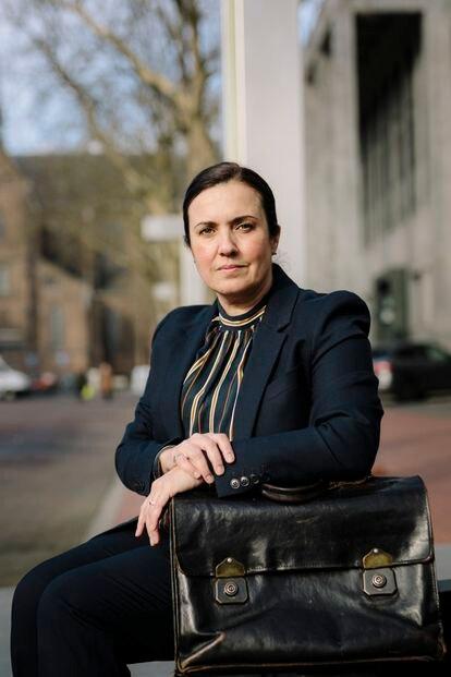 Eva González Pérez, con su trabajada cartera de abogada.