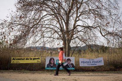 Carteles electorales en Premià de Dalt, Barcelona, el pasado 5 de febrero.