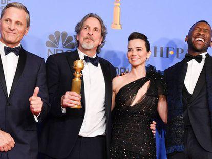Viggo Mortensen, Peter Farrelly, Linda Cardellini e Mahershala Ali com os prêmios de 'Green Book'.