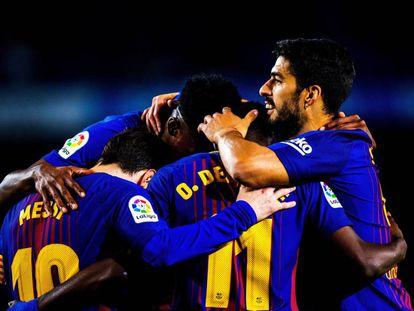 Messi, Mina, Dembélé y Suárez, de izquierda a derecha, celebran el quinto gol del Barcelona.