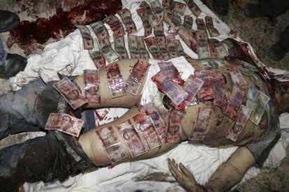 El cadáver del 'narco' Beltrán Leyva cubierto de billetes.