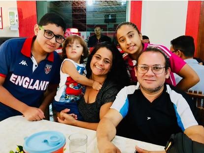 Cristiane y Raimundo Lamarão rodeados de sus hijos. Ambos enfermeros, él murió por complicaciones causadas por la covid-19.