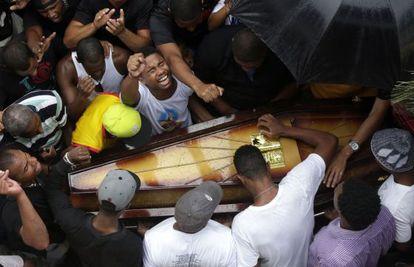 Entierro en Río del joven Douglas Rafael da Silva.