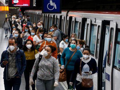 Usuarios del Metro de Barcelona con mascarilla durante la pandemia.