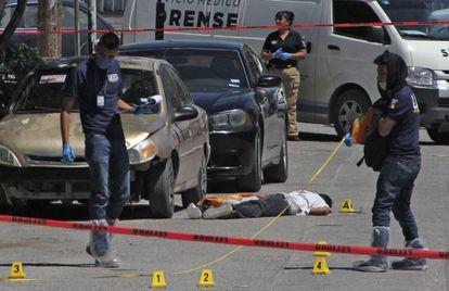 Forenses investigan un asesinato en Ciudad Juárez.