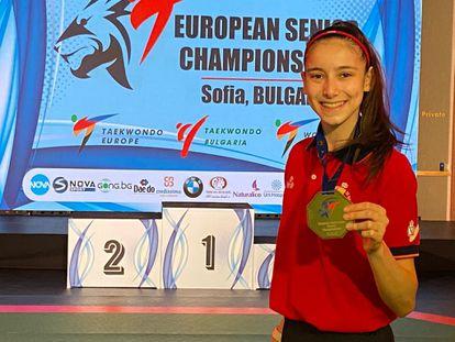 Adriana Cerezo muestra su medalla de oro en la categoría de -49 kg en una imagen cedida por la federación de taekwondo.