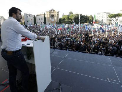 El líder de la Liga, Matteo Salvini, se dirige a los manifestantes este sábado en Roma.