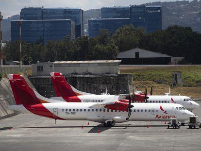 Dos aviones de Avianca aparcados en el Aeropuerto La Aurora, en Ciudad de Guatemala, en marzo.