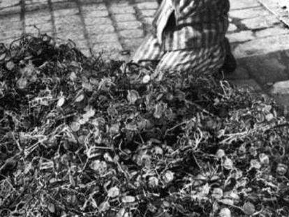 Miles de pares de gafas pertenecientes a víctimas del campo de concentración nazi de Auschwitz, apiladas