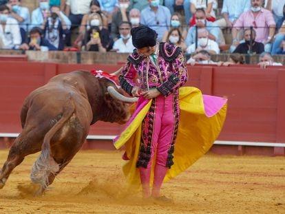 Media verónica de Morante a toro al que cortó las dos orejas.