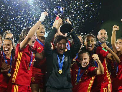 La selección femenina sub 17 celebra el Mundial de Montevideo.
