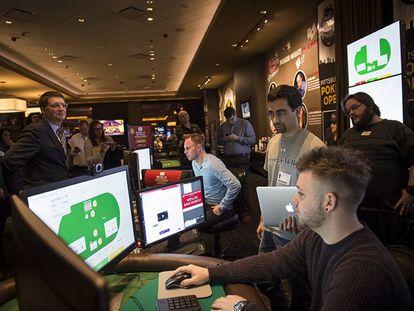 Sandholm, a la izquierda con corbata, y Brown, con un portátil en la mano, durante un experimento de Libratus frente a campeones de póker.