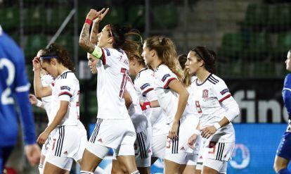 Jenni Hermoso (con el brazalate) celebra con sus compañeras uno de sus goles este viernes ante Moldavia en La Ciudad del Fútbol de Las Rozas.