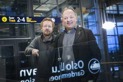 John-Erik Vika, alcalde de Eidsvoll y su pareja, Kjell-Jostein Andersson, en el aeropuerto de Oslo.