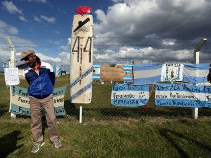Mensajes de apoyo a los 44 tripulantes del ARA San Juan frente a la base naval de Mar del Plata