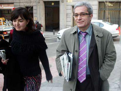 Joan Saura, líder de ICV, se dirige con su jefa de prensa a la reunión con Fernández de la Vega.
