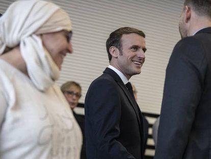 El presidente francés, Emmanuel Macron, en un encuentro con asociaciones en Mulhouse para hablar del islam político.