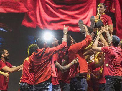 Scariolo es manteado por sus jugadores. En vídeo, las visitas institucionales y la celebración de la selección con los aficionados.