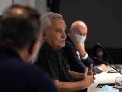 Juan Cruz en la presentación en Barcelona de su libro 'Ciudadano Polanco', entre Lluís Bassets, de espaldas y Màrius Carol.