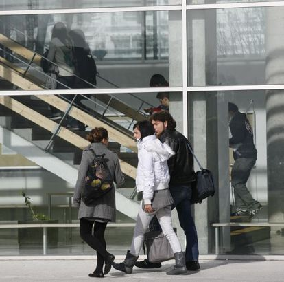 Jóvenes estudiantes en el campus de Ibaeta de la Universidad del País Vasco (UPV).