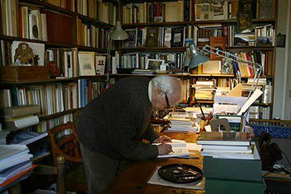 El poeta y ensayista francés Yves Bonnefoy, en su estudio parisiense.