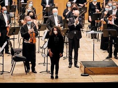 Sofía Oriana saluda al público junto a Paul Daniel, a la derecha, tras el concierto.