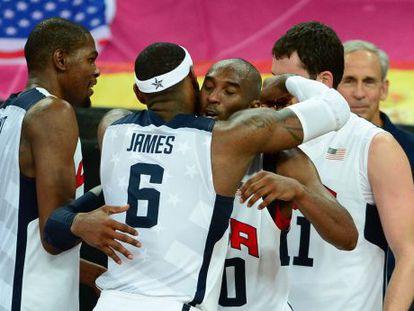 Kobe Bryant y LeBron James se abrazan.