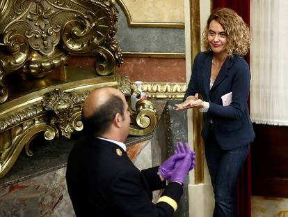 La presidenta del Congreso, Meritxell Batet, hace uso del gel higienizante durante el pleno celebrado este miércoles en el Congreso de los Diputados en Madrid.