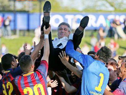 Los jugadores del FC Barcelona aupan a su entrenador Jordi Vinyals tras vencer el título.