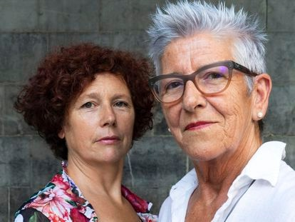 Icíar Bollaín (izquierda) y Maixabel Lasa, este verano en Tolosa, la localidad guipuzcoana en la que fue asesinado por ETA Juan Mari Jáuregui el 29 de julio de 2000.
