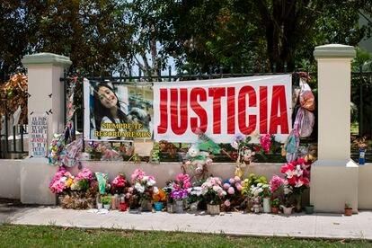 Altar y conmemoración a la entrada del complejo de vivienda pública donde vivía Keishla Rodríguez en el Residencial Villa Esperanza en San Juan, Puerto Rico.