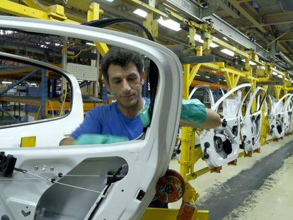 Un trabajador iraní en una fábrica de coches al oeste de Teherán.