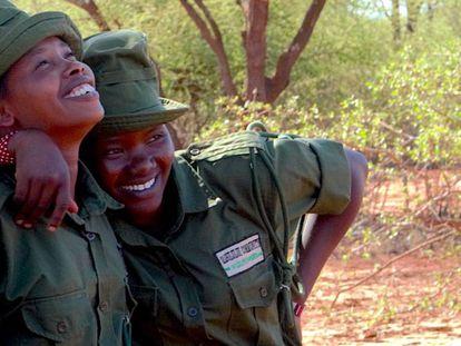 Dos de las jóvenes que participan en un programa para evitar la caza furtiva de animales en Kenia.