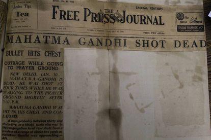 Edición vespertina especial del 'Free Press Journal', del viernes 30 de enero de 1948'. En ella ya se informa de cuatro disparos de bala. Foto tomada en la biblioteca del Museo Nacional de Gandhi de Nueva Delhi.