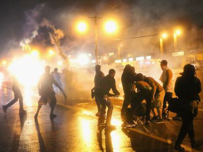 La policía lanzó gases lacrimógenes durante el toque de queda la madrugada del domingo.