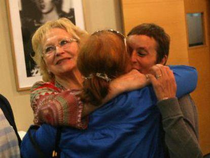 De izquierda a derecha, Mariló Vera, hija de un guardia civil asesinado por ETA; Carmen Illarramendi, herida en un atentado del Batallón Vasco Español; Leonor Regaño, viuda de un policía asesinado por ETA, y Arantxa Lasa, hermana del presunto etarra José Antonio Lasa, se abrazan ayer en San Sebastián.