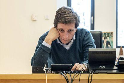 El Alcalde de Madrid, José Luis Martínez-Almeida, mantiene una videoconferencia desde su despacho.