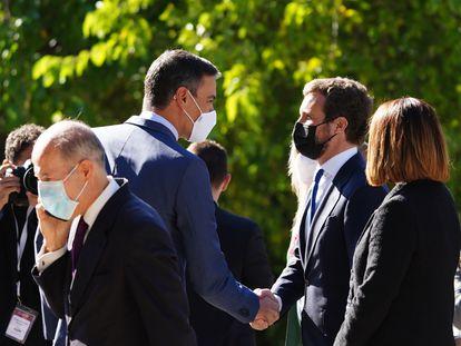 Pedro Sánchez saluda a Pablo Casado a su llegada al Real Monasterio de Yuste para asistir a la entrega de la XIV edición del Premio Europeo Carlos V, este jueves.