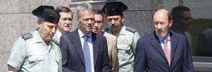 Camacho y Rubalcaba en una visita al nuevo cuartel de la Guardia Civil en Intxaurrondo, en junio de 2009.