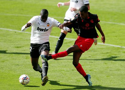 Isak dispara ante Diakhaby para lograr el segundo gol de la Real Sociedad ante el Valencia en Mestalla.