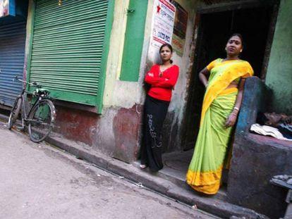 Dos trabajadoras del sexo indias esperan que lleguen clientes en Sonagachi, el principal barrio rojo de Calcuta.