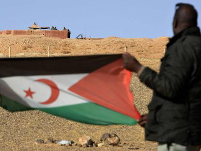 Dos saharauis sostienen una bandera del Frente Polisario, cerca de Al Mahbes en 2017.