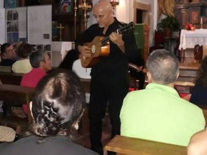 El guitarrista Anibal Soriano interpreto una de sus piezas entre el público.